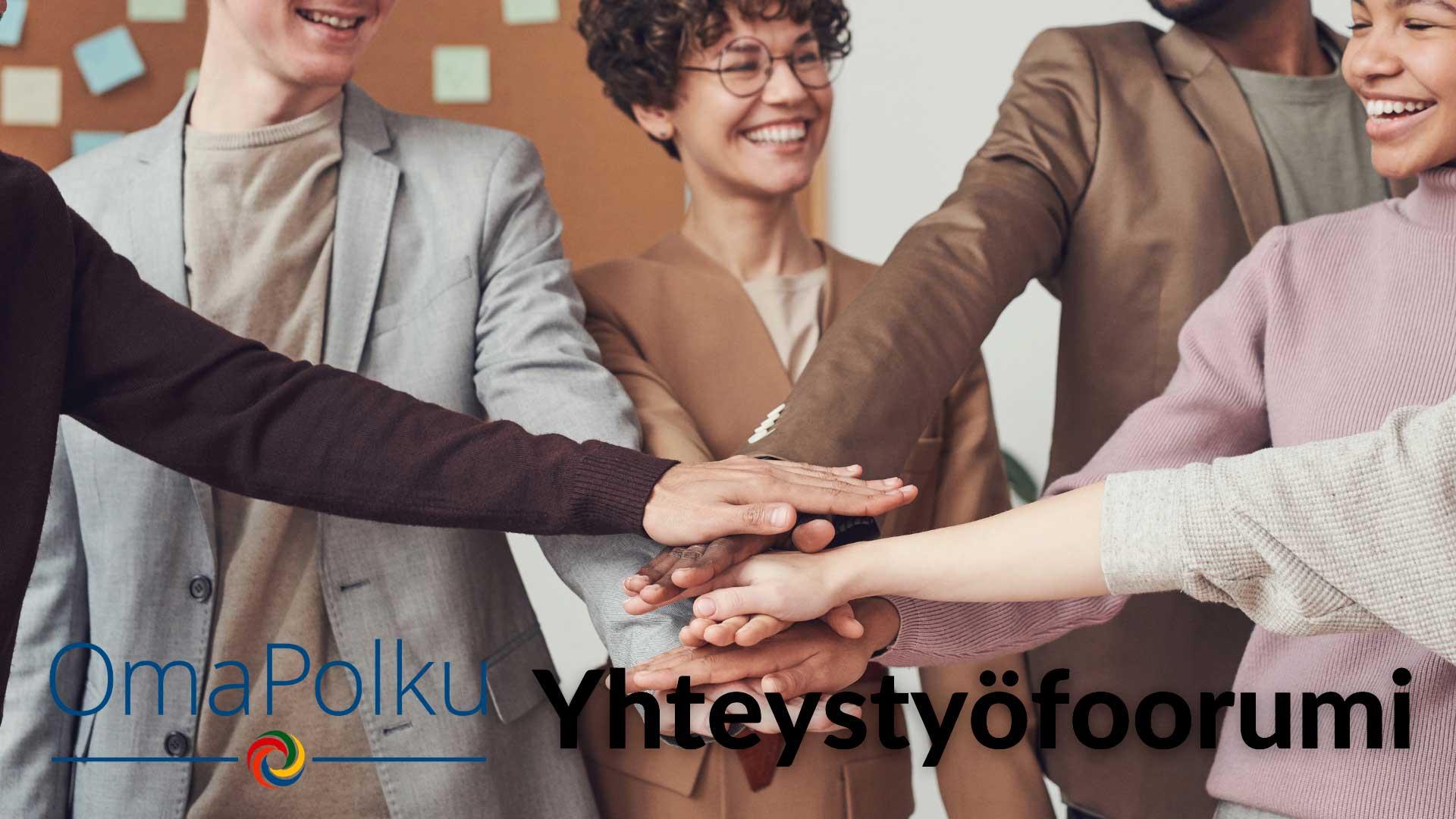 Hymyileviä ihmisiä joiden kädet on keskellä päällekkäin, kuvassa on OmaPolku-logo ja lukee yhteistyöfoorumi.