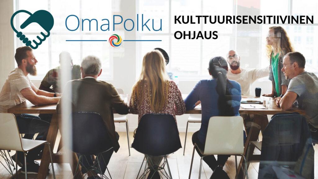 Kokouspöydän ympärillä ihmisiä istumassa, kuvassa on OmaPolku-logo ja lukee kulttuurisensitiivinen ohjaus.
